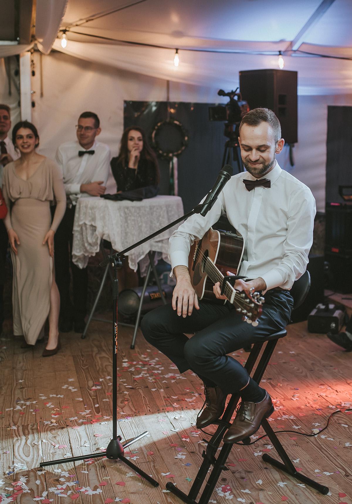 Ślubny Grajek podczas występu wokalno-instrumentalnego (oprawa muzyczna ślubu).